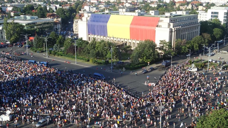 (Video) Proteste la București, Cluj,  Brașov, Iași, Sibiu, Oradea. C. T. Popescu: Protestatarii paşnici să se delimiteze de provocatori, nişte inşi solizi, cu cefe groase. Pe întuneric, ei pot fi şi mai agresivi 2