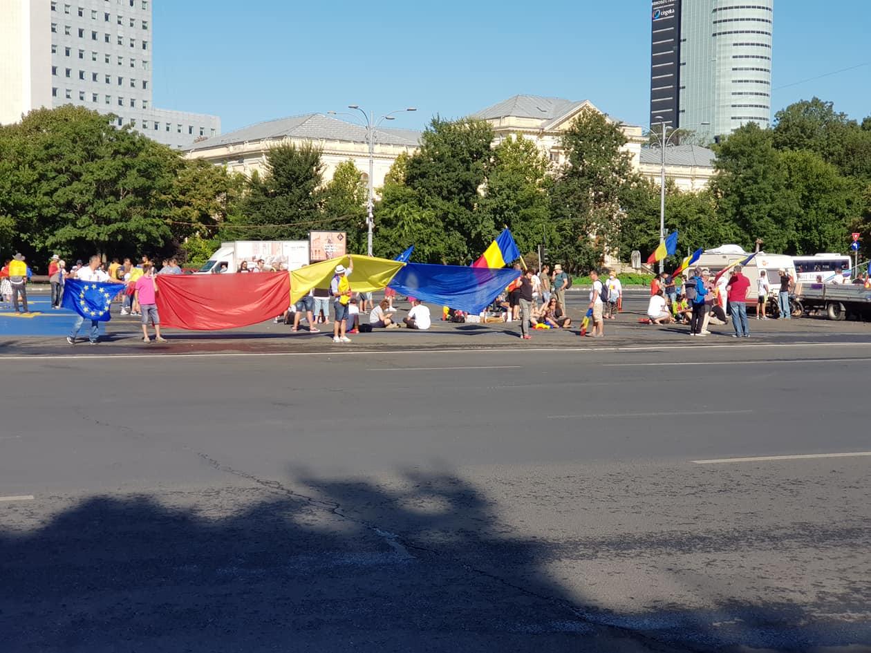"""(Foto) Cum este acum în Piața Victoriei, oamenii se strâng din nou pentru protest. Andrei Crivăț: """" Mirosul de gaz persistă, pe latura aia cu Mega plângi de-ți blestemi guvernanții, nu alta...."""" 1"""