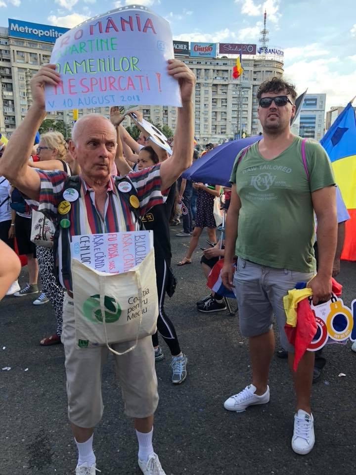 """(Foto) Actualizare protest Diaspora. Sebastian Duma: """"N-am mai inhalat atâtea gaze de când eram în armată și făceam aplicații în condiții reale, de râzboi. Parcă aud și acum avertismentul comandantului de pluton: atențiune, gaze!  Aici, în fața guvernului României, nu te mai avertizează nimeni. Le iei direct în față.  Mulțumim ..."""" 3"""