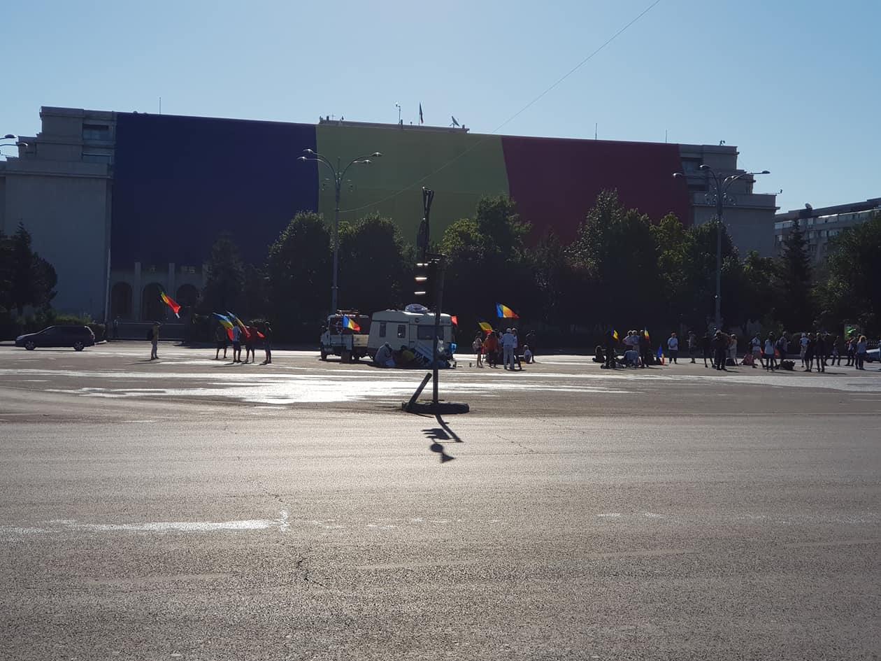 """(Foto) Cum este acum în Piața Victoriei, oamenii se strâng din nou pentru protest. Andrei Crivăț: """" Mirosul de gaz persistă, pe latura aia cu Mega plângi de-ți blestemi guvernanții, nu alta...."""" 2"""