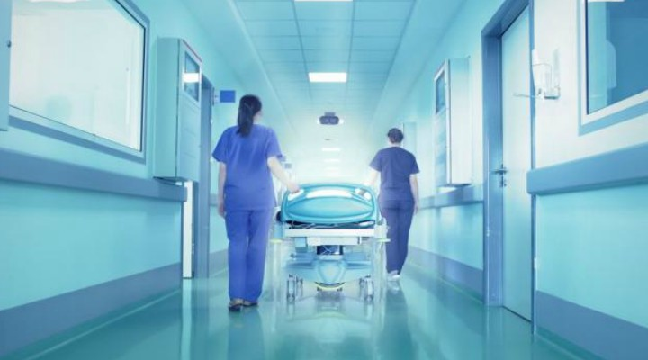 """Situație absurdă în spital. Doi pacienți cu același nume încurcați de medici timp de 7 ore. Siminica: """"Care picior îl doare doamnă, că nu mă înțeleg cu el?"""" Doamna doctor tata are tensiunea mică, e deranjat la stomac...dar picioarele ..."""" 2"""