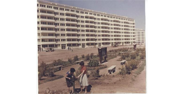 """Lucian Mindruta: """"Când eram copil, mamei i-a fost repartizat de la serviciu un apartament la etajul 10 al unui bloc ...După câțiva ani, dormitorul de pe colt, prost izolat si slab încălzit, a început sa dezvolte igrasie. Peretele exterior era negru si pe el creșteau fungi mai ceva ca lichenii in pădure. Si n-am sa uit niciodată priveliștea dormitorului nostru, jumătate camera, jumătate peșteră..."""" 1"""