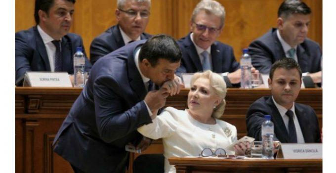 """Cristina Topescu: """"Cum va ieși PSD din scenă cu Huo și HaHaHa...Europa ne a admirat și pe noi, în sfârșit, Europa a văzut că românul se-ntâmplă să fie și demn, nu doar cerșetor sau hoț prin țările ei. Ne am scos, adică. Romania, o țară coruptă, cu politicieni mega corupți, iată, are cetățeni cu conștiință civică, are cetățeni care nu-și mai tolerează politicienii. Românii devin o națiune europeană tot mai articulată și mai verticală. Am putea spune deci că PSD ne a făcut un serviciu, nu?  Ne a crezut atât de proști și de umili, încăt a trebuit să..."""" 5"""