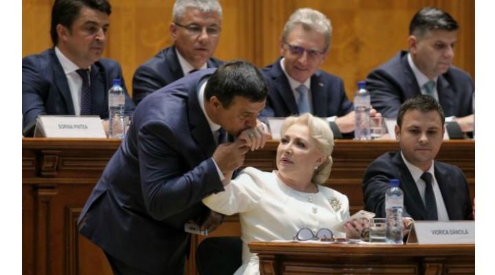 """Cristina Topescu: """"Cum va ieși PSD din scenă cu Huo și HaHaHa...Europa ne a admirat și pe noi, în sfârșit, Europa a văzut că românul se-ntâmplă să fie și demn, nu doar cerșetor sau hoț prin țările ei. Ne am scos, adică. Romania, o țară coruptă, cu politicieni mega corupți, iată, are cetățeni cu conștiință civică, are cetățeni care nu-și mai tolerează politicienii. Românii devin o națiune europeană tot mai articulată și mai verticală. Am putea spune deci că PSD ne a făcut un serviciu, nu?  Ne a crezut atât de proști și de umili, încăt a trebuit să..."""" 1"""