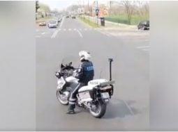 (Video) Polițist din România filmat dansând pe motocicletă, în trafic. Reacția MAI 45