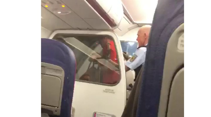 Doi români, posibil drogați, scandal în avion. Aterizare de urgenţă la Frankfurt 1