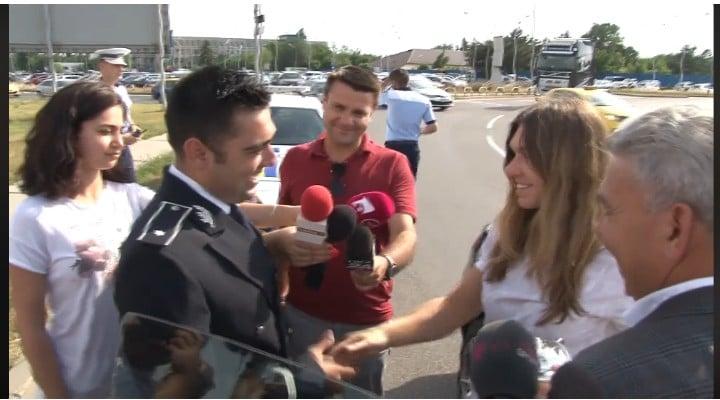 """(Video) Simona Halep a fost trasă pe dreapta de Poliţia Română pentru că a """"depăşit viteza legală la rever"""". A fost """"sancţionată"""" cu flori l 1"""