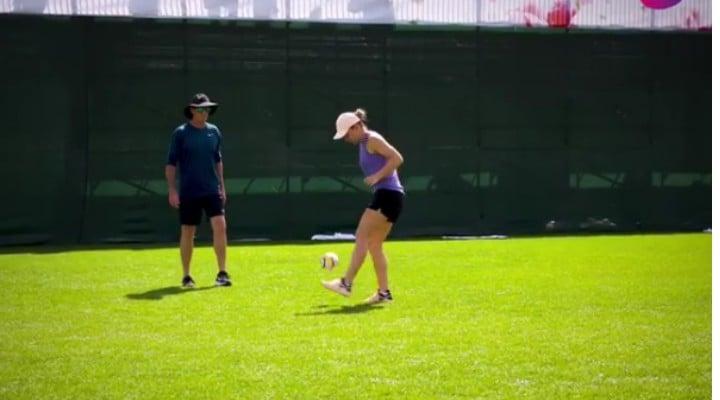 (Video) Simona Halep joacă fotbal ... foarte bine. L-a driblat pe antrenorul Darren Cahill 1