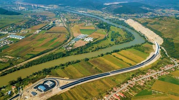 """(Foto) Imagini aeriene deosebit de spectaculoase - zona celebrului deal """"al liliecilor"""" de pe Autostrada A1 5"""
