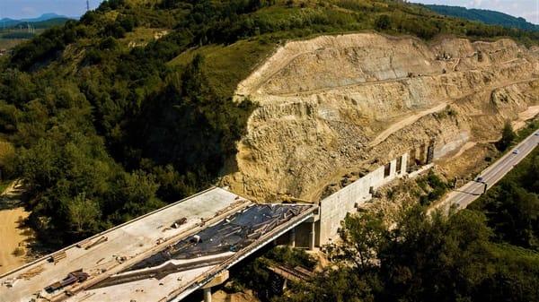"""(Foto) Imagini aeriene deosebit de spectaculoase - zona celebrului deal """"al liliecilor"""" de pe Autostrada A1 4"""