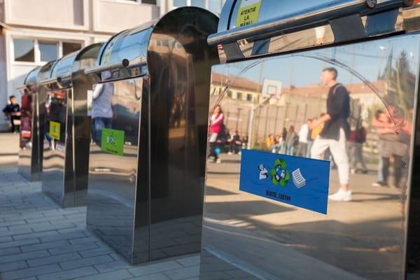 (Foto) Orașul din România unde în școli au fost montate platforme îngropate pentru colectarea deșeurilor menajere în mod selectiv 7