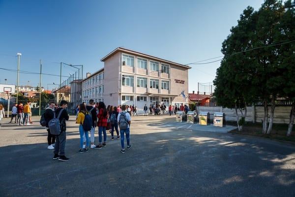 (Foto) Orașul din România unde în școli au fost montate platforme îngropate pentru colectarea deșeurilor menajere în mod selectiv 6