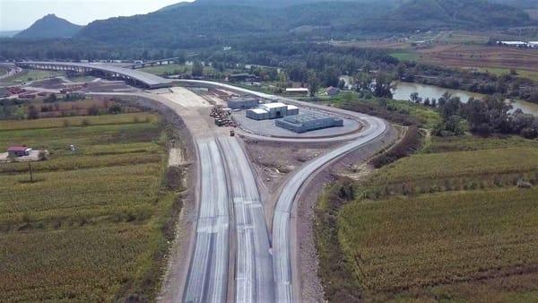 """(Foto) Imagini aeriene deosebit de spectaculoase - zona celebrului deal """"al liliecilor"""" de pe Autostrada A1 3"""