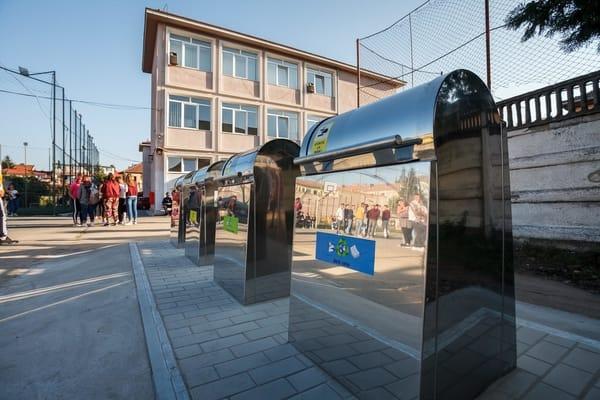 (Foto) Orașul din România unde în școli au fost montate platforme îngropate pentru colectarea deșeurilor menajere în mod selectiv 5