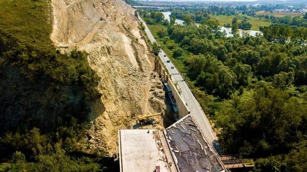 """(Foto) Imagini aeriene deosebit de spectaculoase - zona celebrului deal """"al liliecilor"""" de pe Autostrada A1 2"""