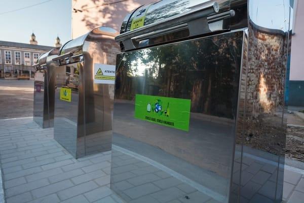 (Foto) Orașul din România unde în școli au fost montate platforme îngropate pentru colectarea deșeurilor menajere în mod selectiv 4