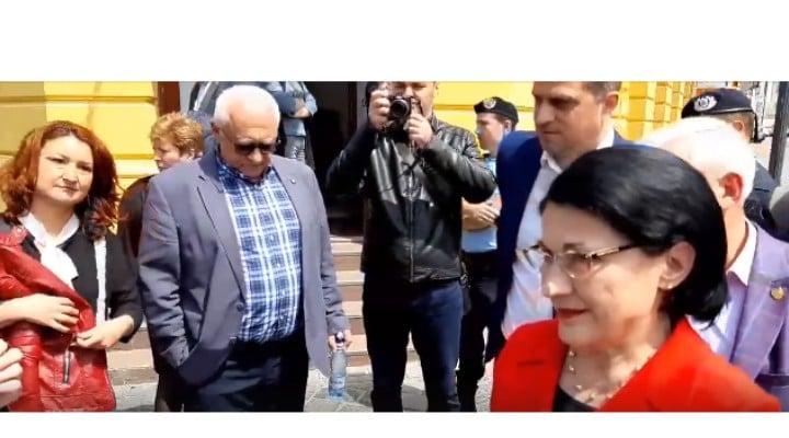 """(Video) Ceartă Protestatar vs ministrul  Ecaterina Andronescu, în stradă. """"Cum e posibil să moară înecat în rahat un copil de 3 ani?"""" Ce a răspuns Andronescu 1"""