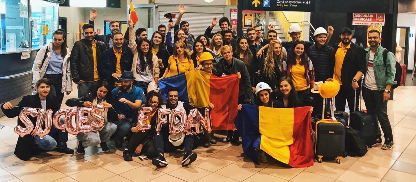 """(Foto) Claudiu Butacu: """"O doamna din aeroport a intrebat: cine-s tinerii astia? Un raspuns din spate tare, raspicat: Sunt tinerii romani care..."""" 1"""