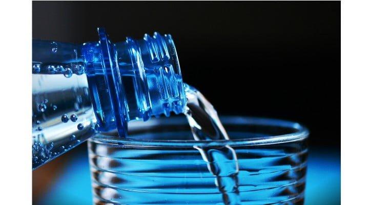 """Nora Pavel: """"Dacă tu crezi că să cumperi apă e semn de prosperitate, de statut, dă-mi voie să-ți înțep balonul: ești un prost fudul....Dacă ai trăi într-o țară civilizată, NU ai fi nevoit să cumperi apă. Deci, nu, nu mă impresionezi cu sticla ta de Dorna, bogătanule!E apă! APĂ CHIOARĂ! Nu e șampanie, nu e coniac de 15 ani, nu e vin. E apă! PS: de câte ori cumpăr un bax de apă și-mi rup spinarea cărându-l la mașină sau ..."""" 1"""