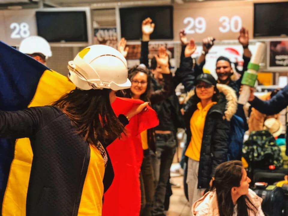 """(Foto) Claudiu Butacu: """"O doamna din aeroport a intrebat: cine-s tinerii astia? Un raspuns din spate tare, raspicat: Sunt tinerii romani care..."""" 2"""