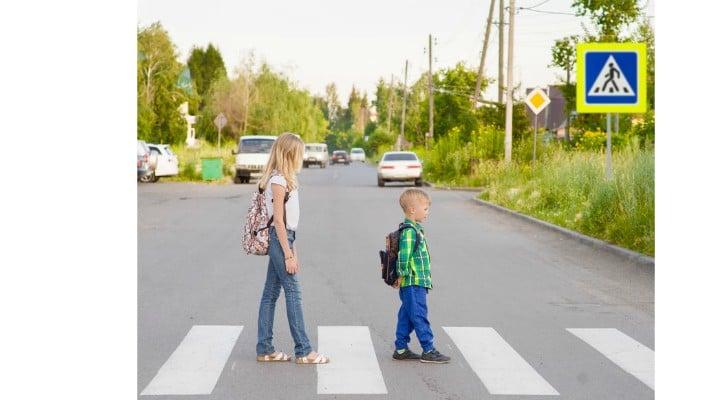 """De ce șoferii români sunt agresivi cu copiii de pe trecerea de pietoni? Oana Moraru: """"De trei săptămâni merg în drumeții cu grupuri de 60-70 de copii... Grupul e pregătit să treacă organizat, compact. De fiecare dată, fără excepție, șoferii noștri minunați - femei sau bărbați - forțează trecerea, cu botul mașinii, prin șirul de copii, în ciuda gurii mele mari și a acceselor de nervi amestecate cu explicații. Și așa se vede o natiune dacă are in ..."""" 1"""