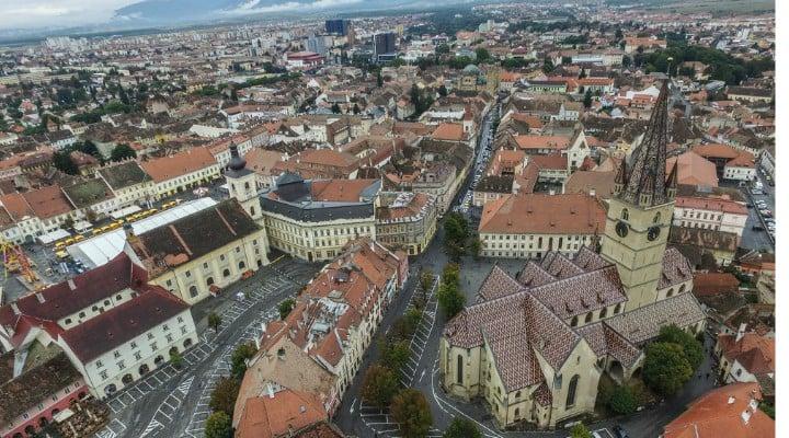 """Lucian Mindruta: """"Primul semn ca se intampla ceva in Transilvania:Sunt la Sibiu, la un eveniment, m-am uitat la ceas si imediat, automat, am inceput sa calculez cat o fi ora acasa. Sa nu sun prea tarziu. Si dupa aia am realizat"""": 1"""