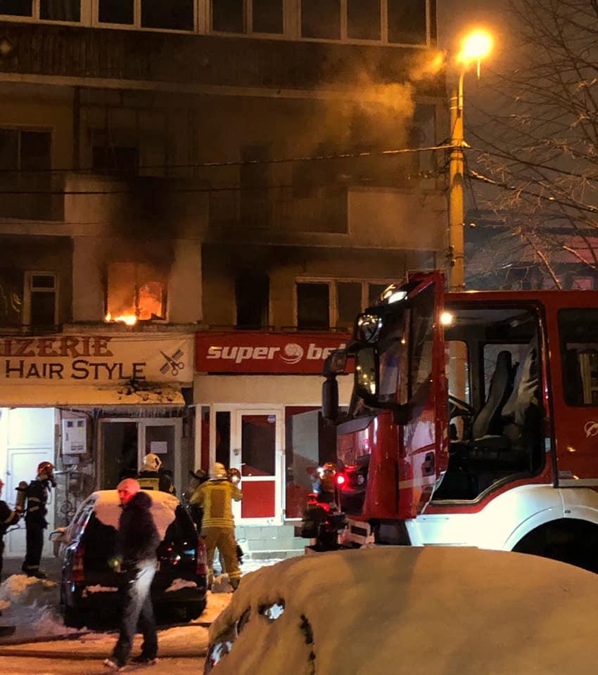"""Cristian Birta: """"Ne-am început dimineața cu un incendiu in vecini....am văzut, pentru prima oara oameni scoși pe geam si copii speriați si plângând purtați pe brate de pompieri....Sase locatari au fost duși la urgență...  flăcările erau de vreo 4 ori mai mari decât ce se vede in fotografia asta.  Si stai si te gândești cât..."""" 1"""
