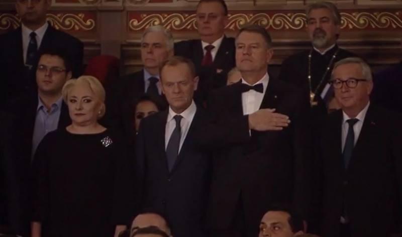 """Alexandru Cautis: """"Diferența dintre civilizație și țopârlănie.Donald Tusk a ținut un frumos discurs în limba română. Viorica Dăncilă l-a adus pe fi-su la tribuna oficială, în spatele ei, fără cravată, descheiat la cămașă. Iar fata mică din spatele lui Donald Tusk este iubita lui Dăncilă junior. Fiul lu Dăncilă și gagică-sa sunt  ..."""" 2"""