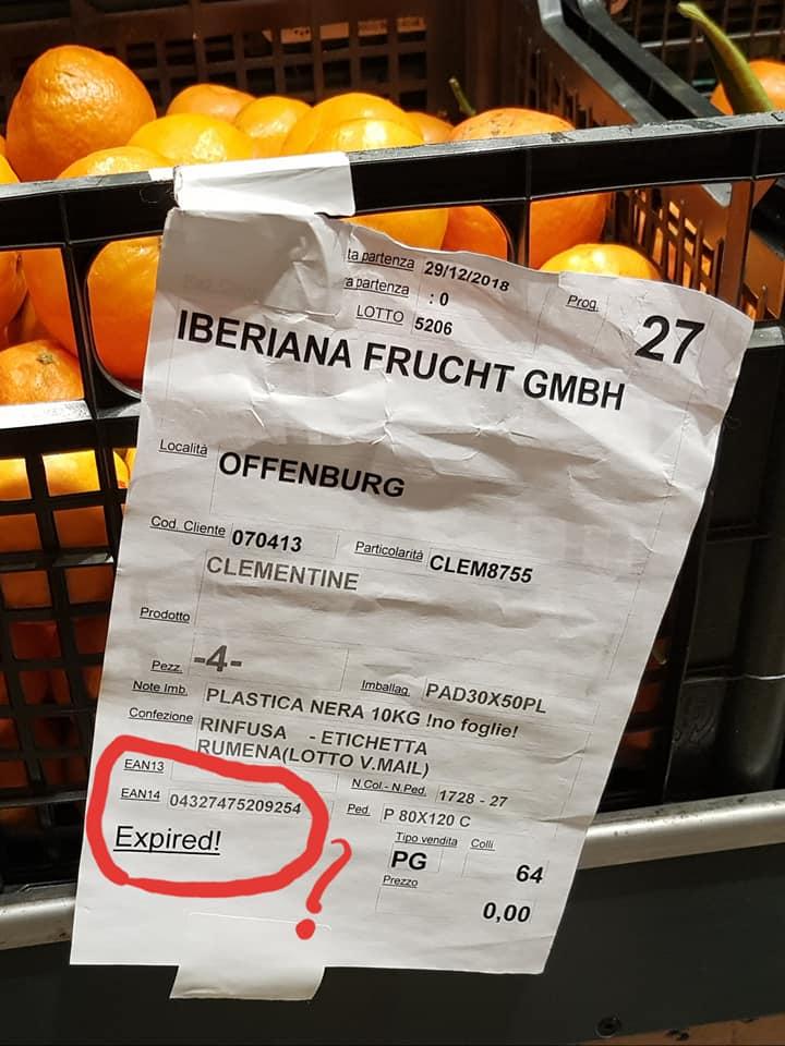 """(Foto) Medicul Dan Grigorescu: """"Expired! Aceste imagini sunt imortalizate de mine la un supermarket ...Oare ce-o fi însemnat la acel moment mențiunea (tipărită și subliniată!) EXPIRED pe eticheta de produs expus la vânzare? Ar putea cineva să ne deslușească?"""" 1"""