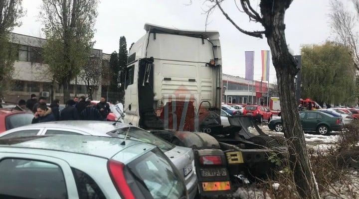 """(Foto) Cel mai """"tare"""" șofer din România? A intrat cu TIR-ul în 9 mașini parcate pe un bulevard 3"""