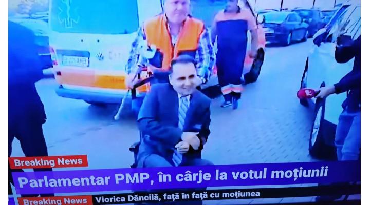 """(Video) Deputat adus cu ambulanța la votul moțiunii de cenzură. """"Doctorul meu de la Cluj m-a obligat să dau două declarații scrise pentru a-mi asuma riscurile. Deplasarea este foarte dureroasă"""" 1"""