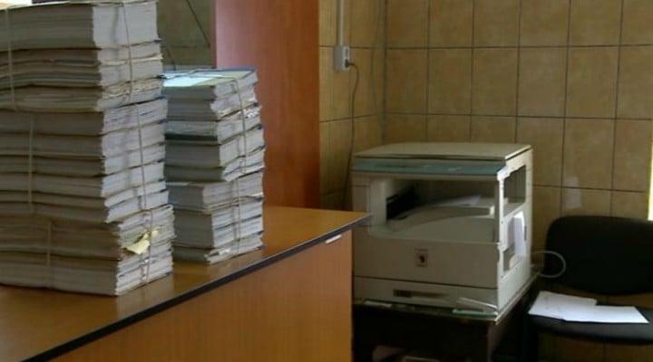 """Decizie judecătorească. Un angajat din România va primi 400 de euro lunar și despăgubiri până când șefii îi vor oferi condiții decente de muncă. """"Mobilierul este învechit, neergonomic și necorespunzător ... Sunt necesare ..."""" 1"""