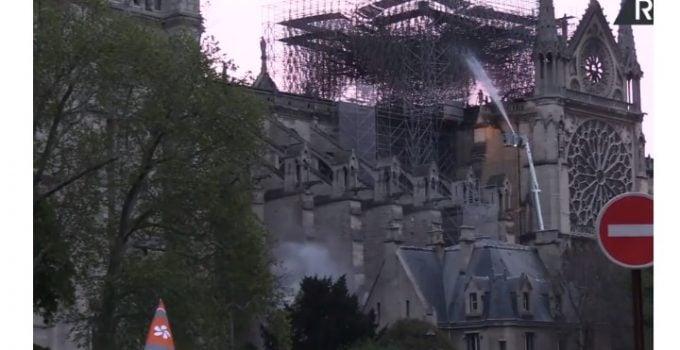 (Foto) Incendiu la Notre-Dame aproape stins. Primele ipoteze și Primele imagini din interiorul Catedralei. Ce a putut fi salvat 16
