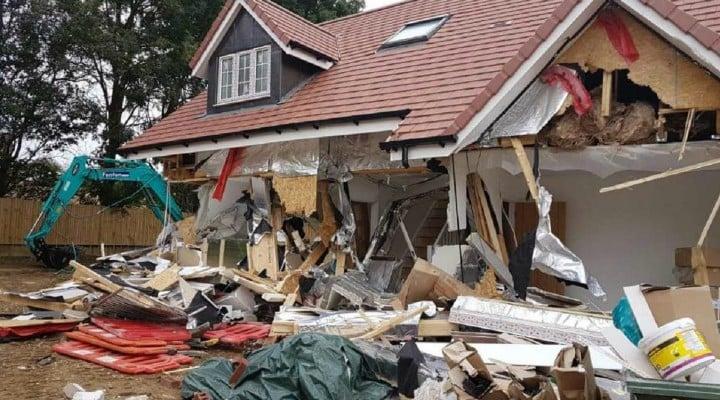 (Video) Condamnat. Românul din Marea Britanie care a distrus 5 case cu excavatorul și-a primit pedeapsa de la judecătorii britanici. Cât va sta după gratii 2
