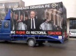 """(Video) Protest cu camionul.  """"Mi-e rușine cu rectorul Toader...Rușine mare..cât camionul. Cine se mai simte rușinat, nereprezentat, sfidat de dl prof. Toader poate să ..."""" 2"""