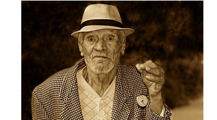 """Ionela Arcanu: """"Minimarket ...Un domn in vârsta (si vizibil cu posibilități financiare limitate) sta câteva minute in fata unei lădițe cu mere mari si frumoase si alege unul singur, pe 'ăl mai mic.  Se duce la casa si respectuos întreabă cat l-ar costa mărul. Tânărul vânzător ii răspunde ca nu trebuie sa plătească nimic. Bătrânul ..."""" 1"""