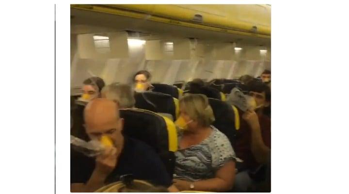 """(Video) 33 de pasageri au ajuns la spital după ce un avion Ryan Air s-a depresurizat. """"Poți vedea cât de speriați eram. Nimeni nu vorbește, nimeni nu se mișcă. Tăcere, doar tăcere"""". Cursa Dublin (Irlanda) - Zadar (Croaţia) 1"""