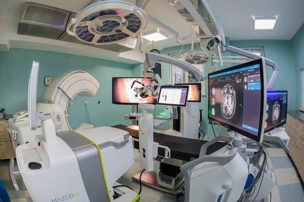 (Foto) Mazor X . În România se află de acum cel mai performant robot în chirurgie spinală și neurochirurgie din lume. La un spital de stat 1