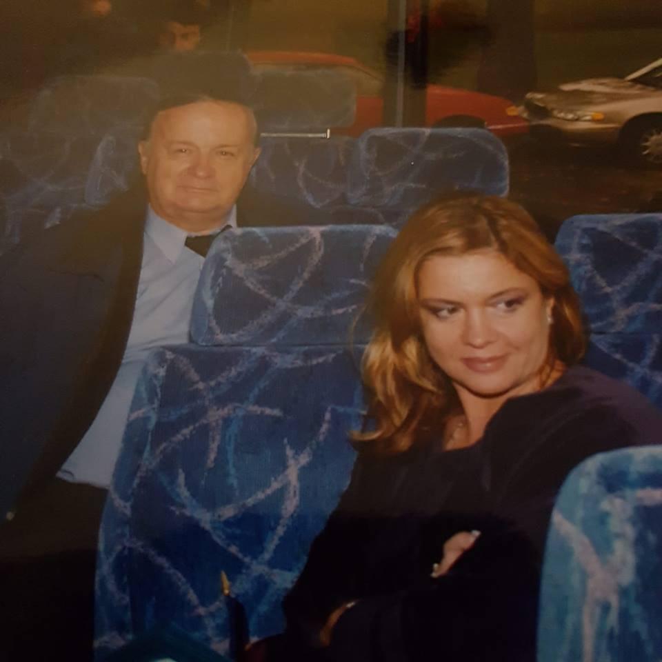 "Cristina Topescu: ""M-ati rugat sa va mai arat poze cu tatal meu, va multumesc, ma ajuta si pe mine asta, imi mai mangaie sufletul. Cum de postari politice nu prea am stare, ca prea au inceput sa se revarse zoaie din toate directiile, aleg sa postez amintiri cu tatal meu, un om care a trecut prin viata fara sa renunte vreodata la ONOARE"". 1"