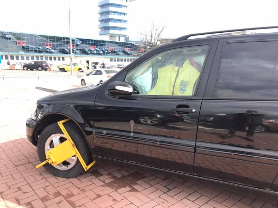 """(Foto) Vitalie Cojocari: """"Când îți lași mașina astfel în parcarea Aeroportului din Otopeni, riști o amendă de 186 de euro, ceea ce înseamnă cam 900 de lei. Desigur se plătește și parcarea, 6 lei pe oră.Proprietarul acestui Mercedes o să afle asta cu siguranță. Eu vă spun doar ca..."""" 1"""