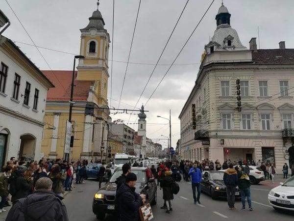 Foto Video. S-a încheiat protestul #șîeu. Cum a fost la Cluj, Brașov, București, Iași, Sibiu. Oamenii au claxonat, au aplaudat, au strigat #șîeu 2