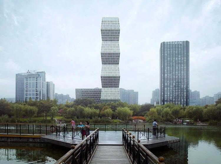 """(Foto) Clădire din China inspirată după """"Coloana Infinitului"""" a lui Constantin Brâncuși.  Turnul se manifestă ca un obelisc cu un profil zig-zag în formă de diagonală 2"""