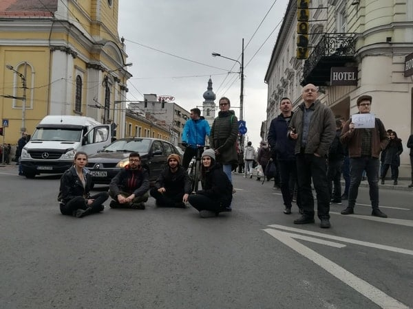 Foto Video. S-a încheiat protestul #șîeu. Cum a fost la Cluj, Brașov, București, Iași, Sibiu. Oamenii au claxonat, au aplaudat, au strigat #șîeu 4