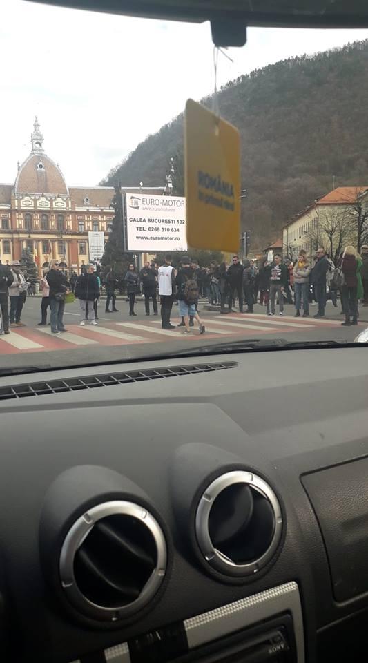 Foto Video. S-a încheiat protestul #șîeu. Cum a fost la Cluj, Brașov, București, Iași, Sibiu. Oamenii au claxonat, au aplaudat, au strigat #șîeu 9