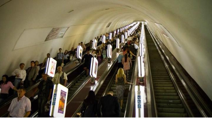 """Adrian Georgescu Jr.: """"Eram cu nepotul meu pe o scară rulantă lungă, din stația de metrou ...Ne grăbeam și am început să urcăm pe partea stângă a scării. Toți ceilalți stăteau pe dreapta, cu excepția unei dudui de vreo 30 de ani....Femeia a zis: """"Ce mă-împingi? Așteaptă!"""" și nu s-a dat la o parte. Am pornit să-i explicăm, arătându-i și..."""" 1"""