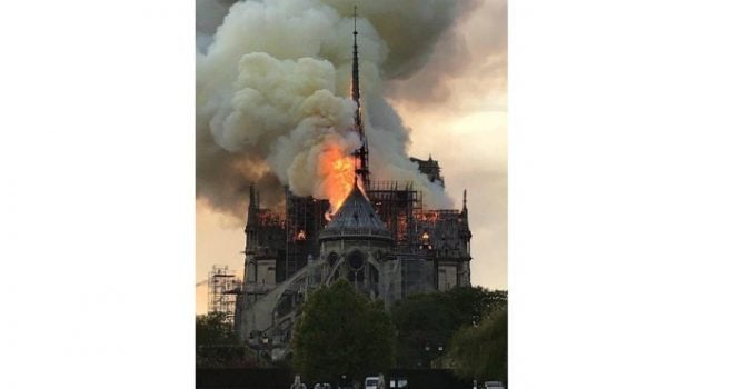 """Claudia Gutulescu: """"Ma uit la flăcările astea și ma doare sufletul.Am văzut-o la 9 ani....Hai, Notre Dame! Stai în picioare. Pentru mine, pentru copilul meu, pentru ..."""" 14"""