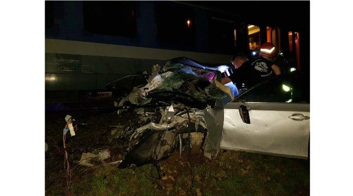 (Foto) Update. Accident ca-n filme: două mașini s-au tamponat pe DN 17, una a zburat pe linia ferată  și a fost lovită de locomotiva unui tren accelerat. 4 persoane rănite 6