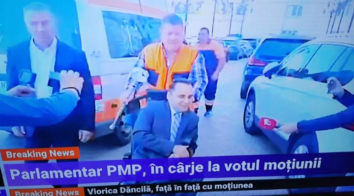 """(Video) Deputat adus cu ambulanța la votul moțiunii de cenzură. """"Doctorul meu de la Cluj m-a obligat să dau două declarații scrise pentru a-mi asuma riscurile. Deplasarea este foarte dureroasă"""" 2"""