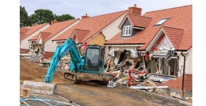 (Video) Condamnat. Românul din Marea Britanie care a distrus 5 case cu excavatorul și-a primit pedeapsa de la judecătorii britanici. Cât va sta după gratii 11
