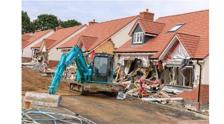 (Video) Condamnat. Românul din Marea Britanie care a distrus 5 case cu excavatorul și-a primit pedeapsa de la judecătorii britanici. Cât va sta după gratii 1